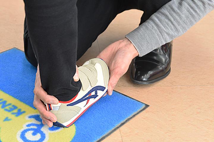 子供の靴の履かせ方
