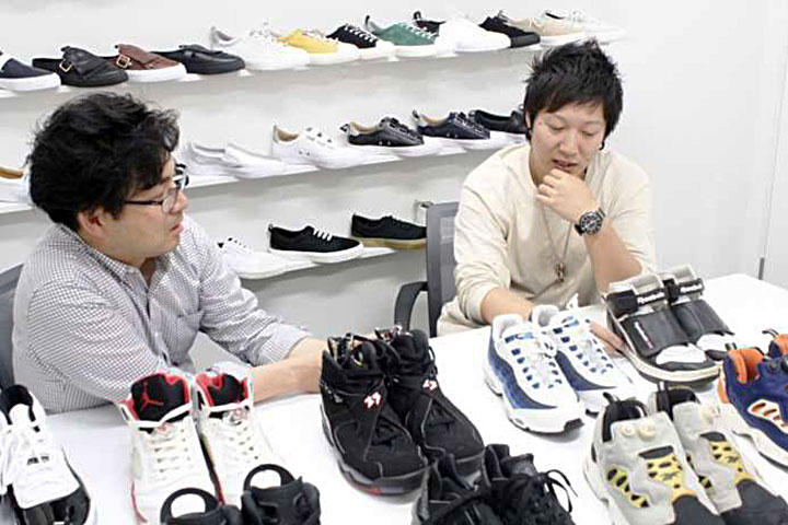 長年の思い入れのスニーカーを前に語る安田氏と白石氏